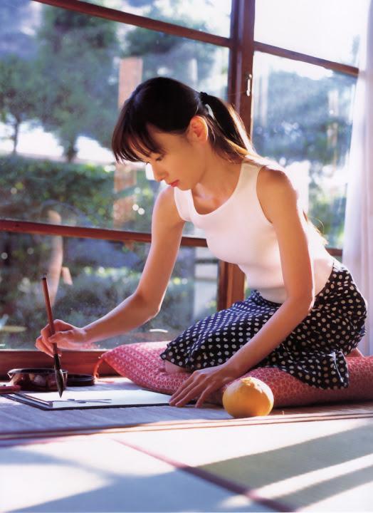 書道をする皆藤愛子